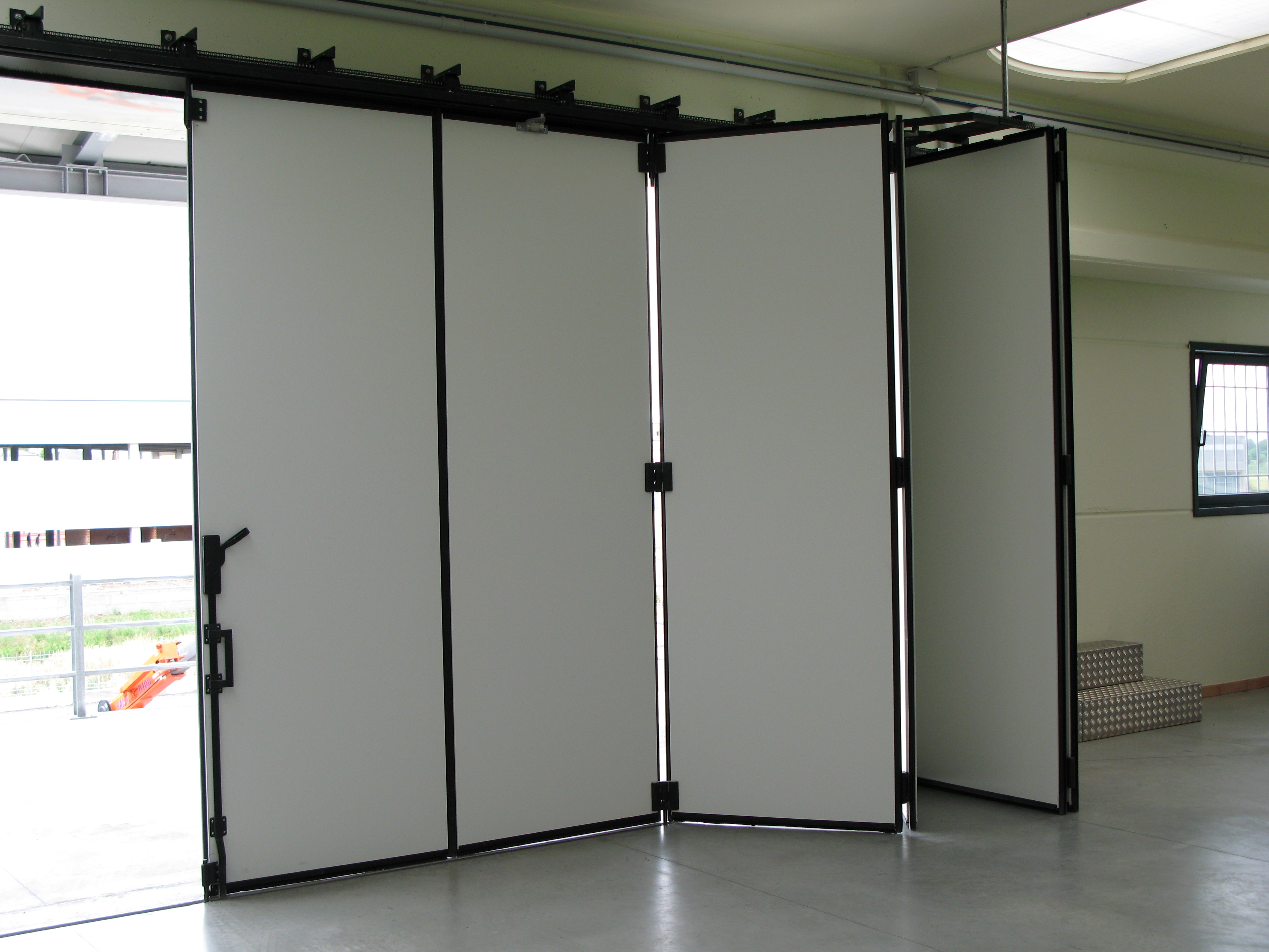 Folding doors: the most used in the industrial buildings